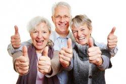 Drei_Senioren_halten_gluecklich_Daumen_hoch_4.jpg
