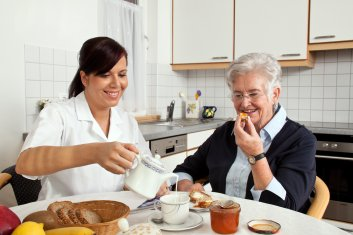 Pflegerin_hilft_Seniorin_beim_Fruehstueck_4.jpg