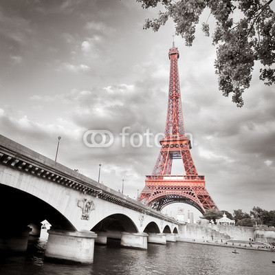 Eiffel_tower_monochrome_selective_colorization.jpg