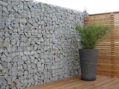 Gabionen kombiniert mit Holzsichtschutz