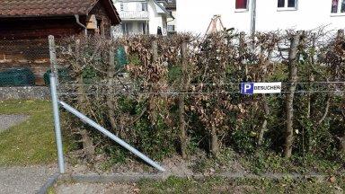 Parkplatzschild auf Zaun