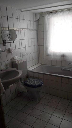 Badezimmer_mit_Badewanne_Apartment.jpg