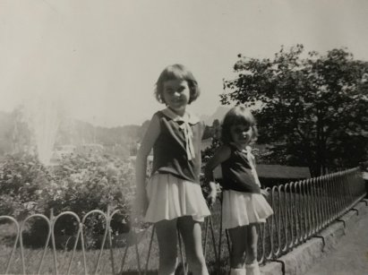 """Arlette (links/7jährig) mit ihrer Schwester """"Christa"""". Bis in dieses Alter bekam sie nur Ursa-Milch (angesäuerte Milch) und Bananen zu essen."""