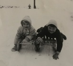 Arlette (links/6jährig) beim schlitteln mit dem gleichaltrigen Nachbarjungen