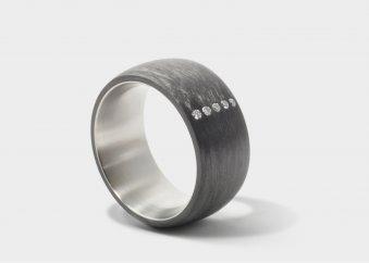 Ring aus Carbon und Titan mit 5 Brillanten