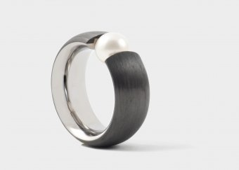 Ring aus Carbon und Titan mit einer Süsswasserperle
