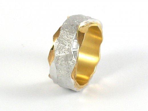 Ring aus poliertem Gelbgold und strukturiertem Weissgold