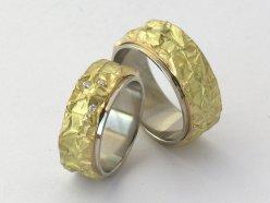 Ringe aus poliertem Weissgold und strukturiertem Gelbgold