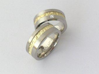 Ringe aus mattiertem Weissgold und strukturiertem Gelbgold
