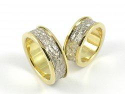 Ringe aus poliertem Gelbgold und strukturiertem Weissgold