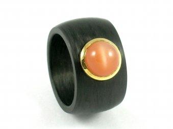 Ring aus Carbon mit einem Mondstein gefasst in Gelbgold