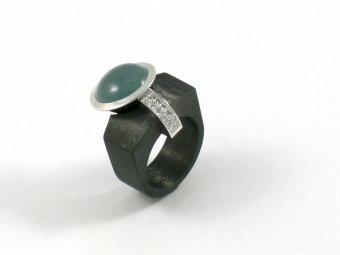 Ring aus Carbon und Weissgold mit einem Aquamarin und korngefassten Brillanten