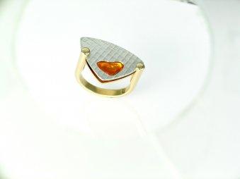Ring aus poliertem Gelbgold und strukturiertem Weissgold mit einem gelben Saphir