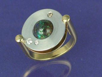 Ring aus poliertem Gelbgold und mattiertem Weissgold mit einem Boulder-Opal und Brillanten