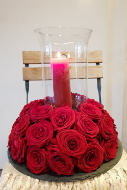 DIY-Tisch-Deko-Idee-VAlentinstag-Red-Naomii-Rosen-mit-Kerze.png