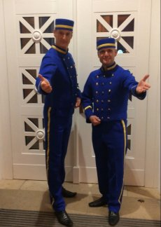 DIE PAGEN Walking Act in royal blauer Uniform