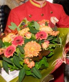 Blumendeko Hochzeit, hier mit Pagen Walking Act