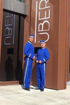 Große Eröffnungsfeier mit Pagen Walking Act mit blauen Uniformen in Braunschweig