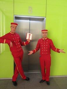 Die Pagen bedienen als Liftboys Ihren Fahrstuhl